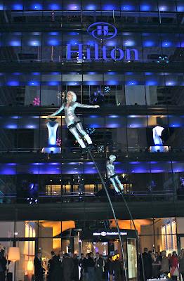 Swinging Poles zur Eröffnungsfeier des Hilton Hotels am Frankfurter Flughafen